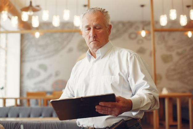 Vieil Homme élégant Dans Un Café à L'aide D'un Ordinateur Portable Photo gratuit