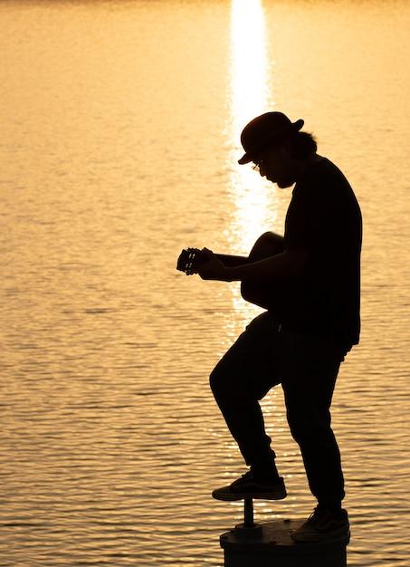 Vieil homme jouant de la guitare acoustique - en plein air Photo Premium