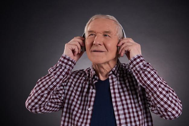 Vieil homme satisfait écoutant de la musique. Photo Premium