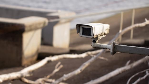 Vieille Caméra Cctv Sale Sur Un Site Gardé. Quai. Photo Premium