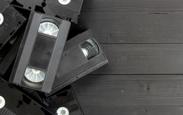 Vieille cassette vidéo sur fond en bois noir. vue de dessus Photo Premium