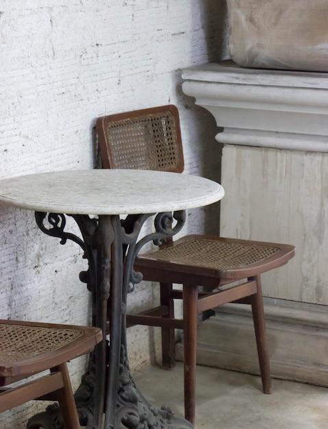 Vieille Chaise Et Table Avec Café Photo Premium