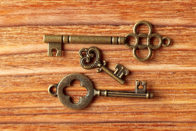 Vieille clé sur table en bois Photo Premium