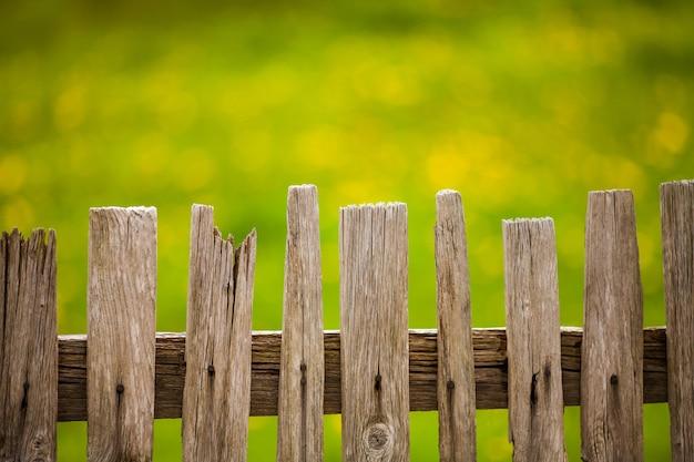 Vieille Clôture En Bois Dans Le Jardin Photo gratuit