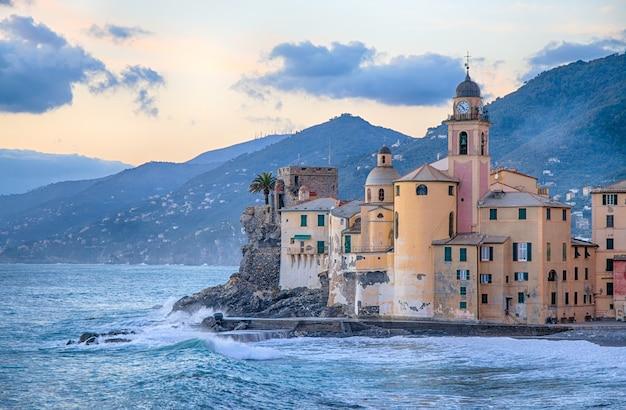 Vieille église et bâtiments historiques près de la mer à camogli, gênes, italie Photo Premium