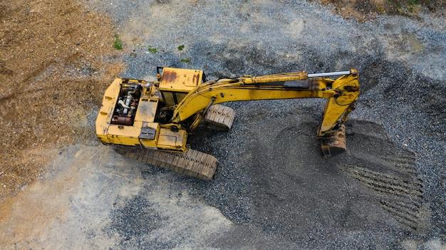 Vieille excavatrice, vue de dessus, prise avec des drones Photo Premium