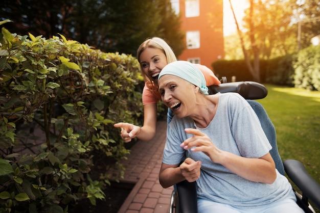 Vieille femme atteinte de cancer est assise dans un fauteuil roulant. Photo Premium