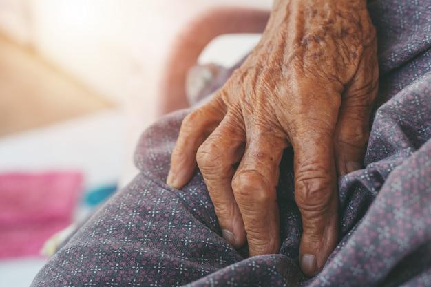 Vieille femme douleurs musculaires. Photo gratuit