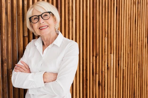 Vieille femme avec des lunettes Photo gratuit