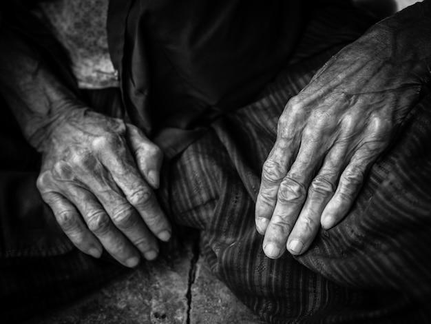 Vieille femme mains Photo Premium