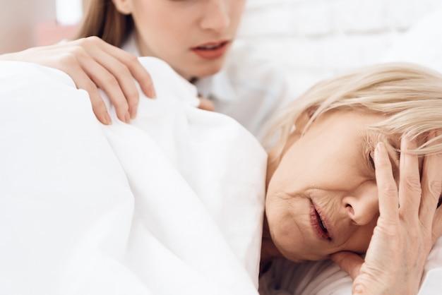 Une Vieille Femme Malade A Mal à La Tête Pendant Son Sommeil. Photo Premium