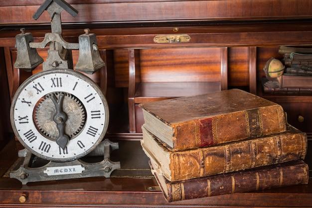 Vieille Horloge Sur étagère Avec De Vieux Livres Photo Premium