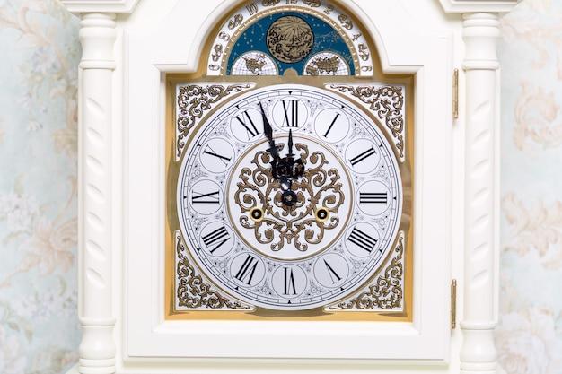 Vieille horloge vintage montre cinq minutes à douze. Photo Premium