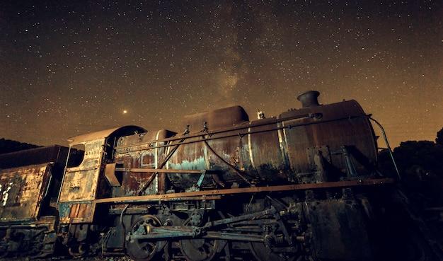 Vieille locomotive avec et voie lactée Photo Premium