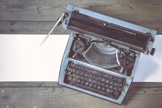 Vieille machine à écrire avec du papier Photo Premium