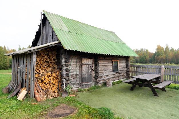 Vieille Maison En Bois Et Lieu De Pose De Bois Photo Premium