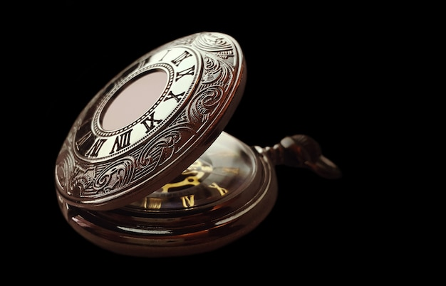Vieille montre de poche sur fond noir Photo Premium