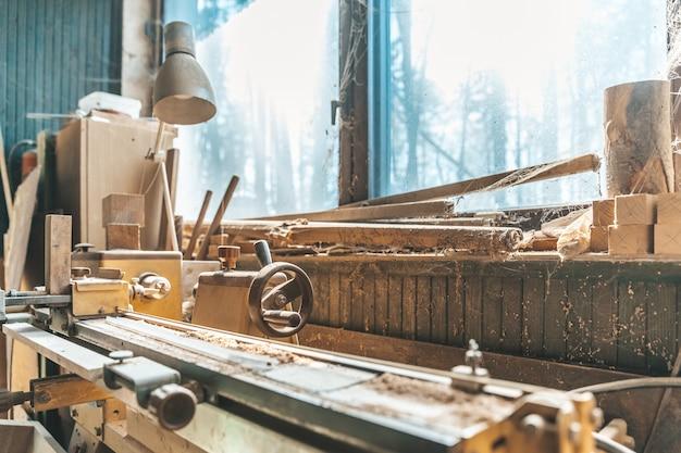 Vieille Mousse Dans Un Vieux Charpentier Debout Près D'une Fenêtre Couverte De Poussière Et De Toiles D'araignées Photo Premium