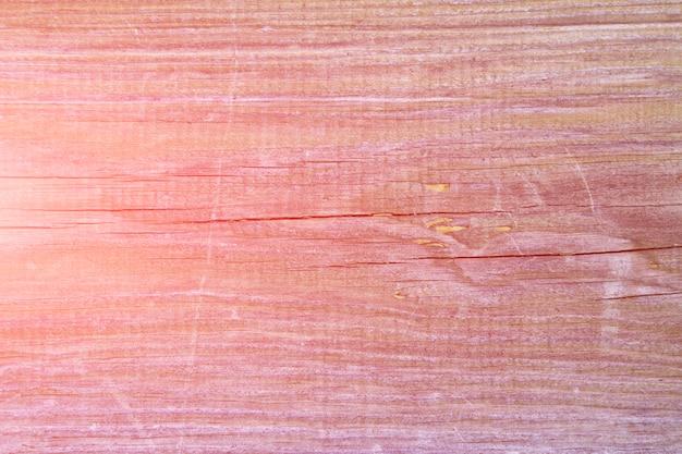 Vieille planche de pin avec des fissures, fond rose tonique Photo Premium