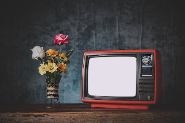 Vieille télé rétro c'est encore la vie avec des vases à fleurs Photo gratuit