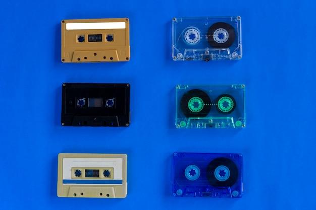 Vieilles cassettes audio rétro sur fond bleu Photo Premium