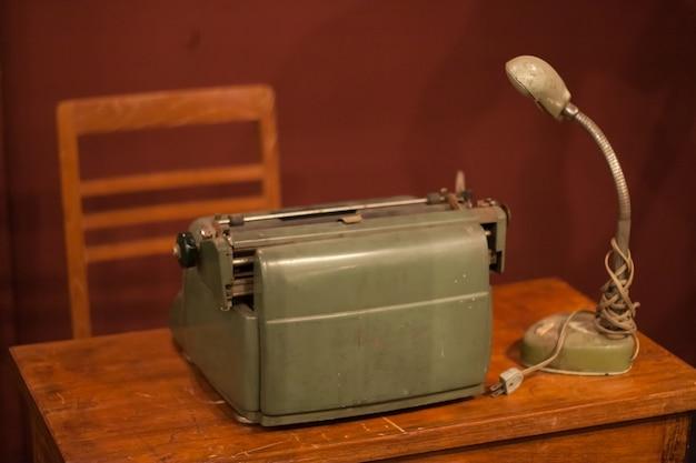 Vieilles machines à écrire et vieille lanterne. Photo Premium
