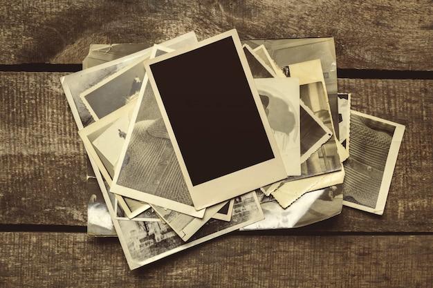 Vieilles photos sur la table en bois Photo Premium