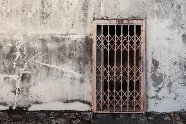Vieilles portes en fer forgé sur sol en ciment gris Photo Premium
