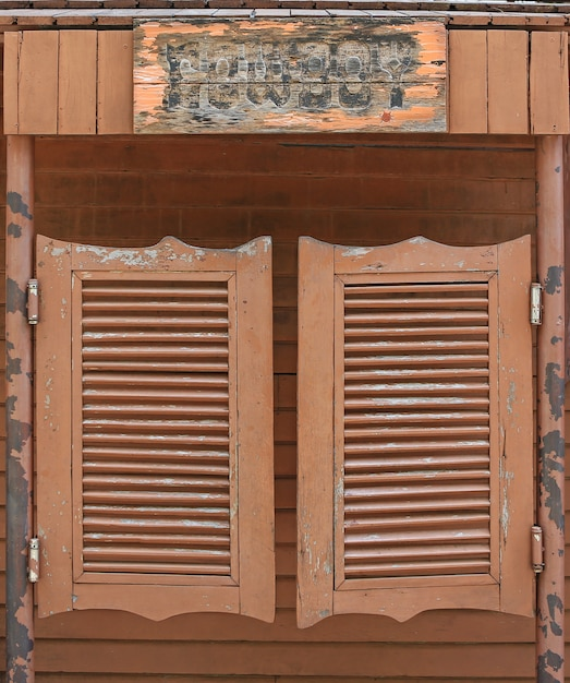 Vieilles portes occidentales du saloon swing. Photo Premium