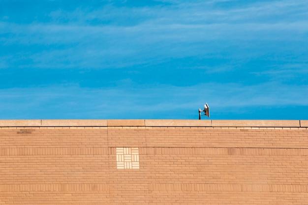 Vieux bâtiment en brique avec un ciel bleu Photo gratuit