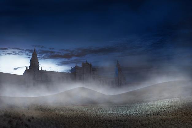 Vieux bâtiment avec brume effrayante dans la nuit Photo Premium