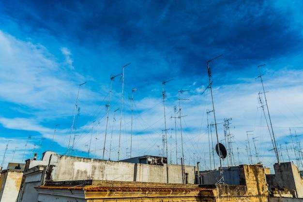 Vieux bâtiments dans la ville de bari avec des toits pleins d'anciennes antennes de télévision. Photo Premium