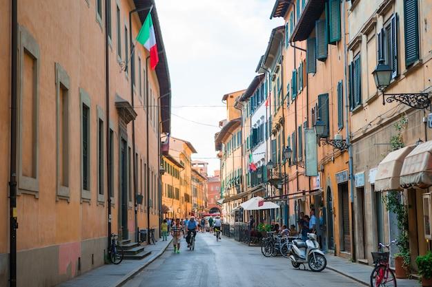 Vieux beaux rues étroites vides dans la petite ville de lucques en italie Photo Premium