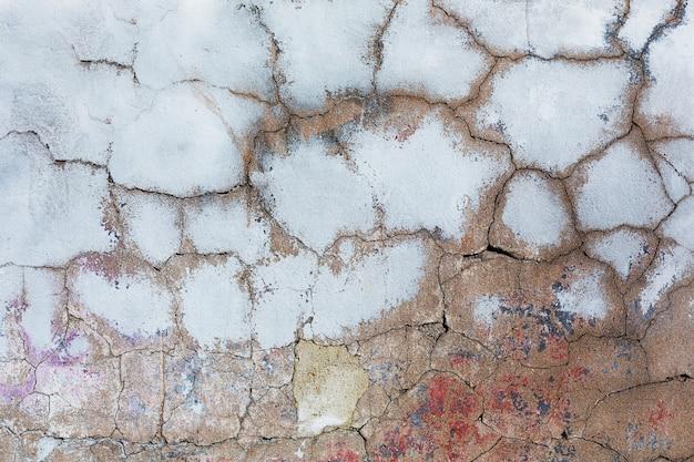 Vieux béton fissuré avec des résidus de peinture Photo Premium