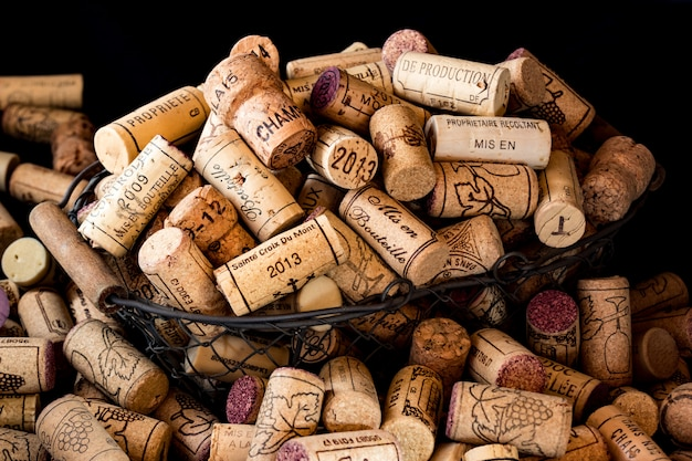 Vieux Bouchons De Liège De Vins Français Dans Une Corbeille Photo Premium
