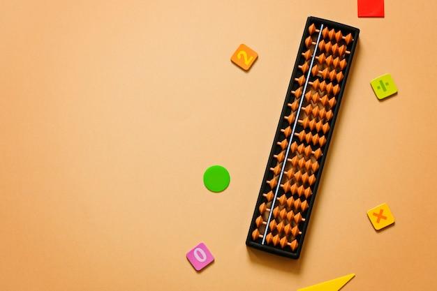 Vieux Boulier Avec Chiffres. Mathématiques Mentales, Arithmétique, Concept Mathématique. Photo Premium