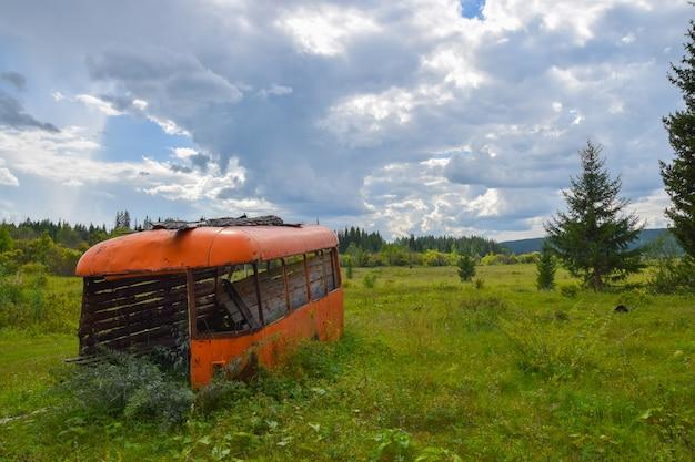 Le vieux bus dans un champ. été 2016, oblast d'irkoutsk, russie. Photo Premium