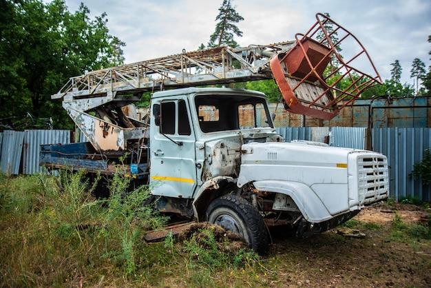 Vieux camion abandonné dans une clairière, équipement de grunge, démonté cassé Photo Premium
