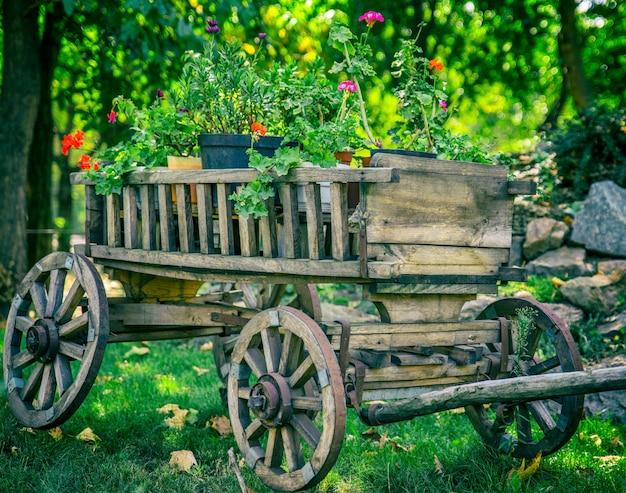 Vieux chariot en bois à roues rondes Photo Premium