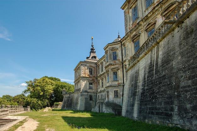 Vieux château abandonné dans la région de lviv en ukraine Photo Premium
