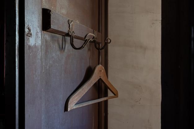 Vieux cintre oublié dans une porte Photo Premium