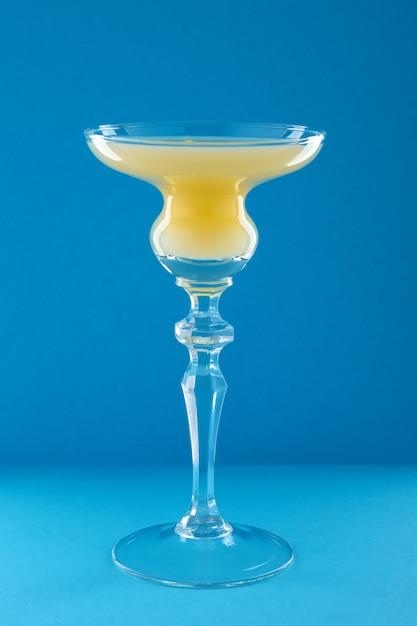 Vieux cocktail cubain sur fond bleu Photo Premium