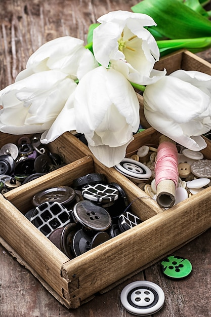 Vieux coffret en bois avec fil et boutons pour travaux d'aiguille au style vintage Photo Premium