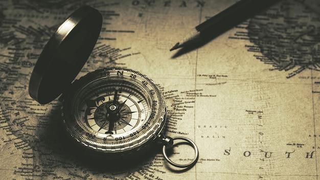 Vieux compas sur la carte antique. - style de fond vintage. Photo Premium