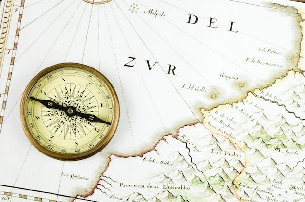 Vieux compas et carte Photo Premium
