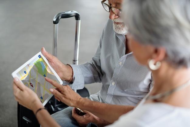 Vieux couple carte voyage itinéraire Photo Premium