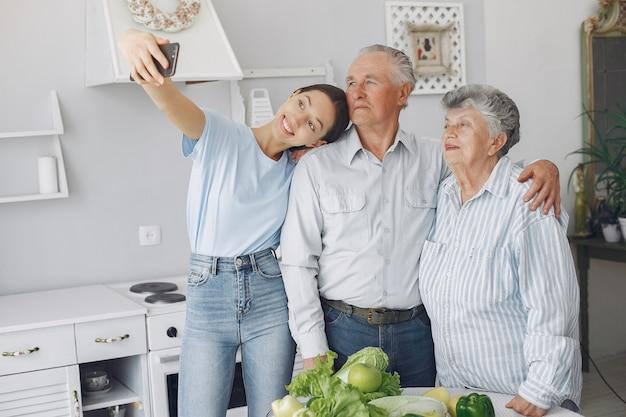 Vieux couple, dans, a, cuisine, à, jeune, petite-fille Photo gratuit