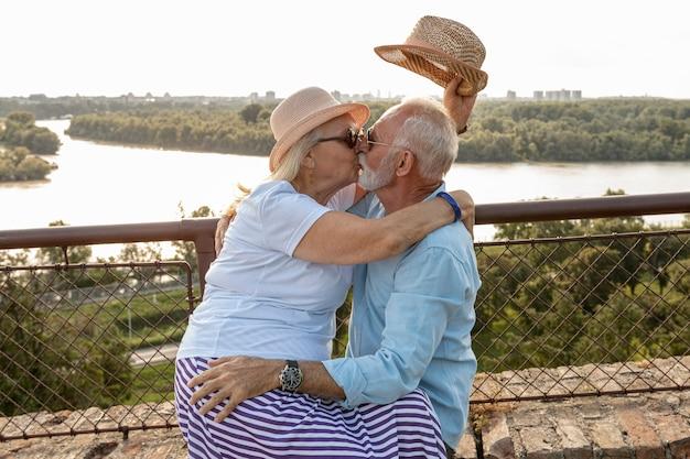 Vieux, couple, s'embrasser, dehors, coup moyen Photo gratuit