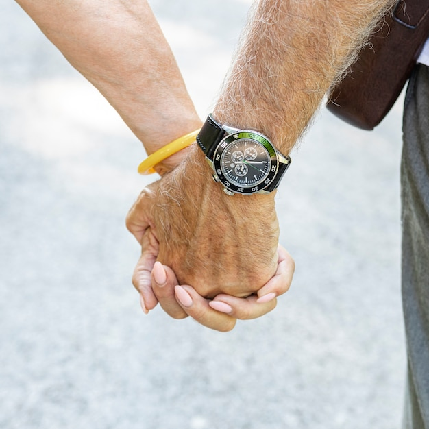 Vieux couple, tenant mains, gros plan Photo gratuit