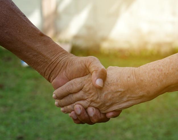 Vieux couple tenant par la main, l'autre concept de l'amour pour toujours Photo Premium